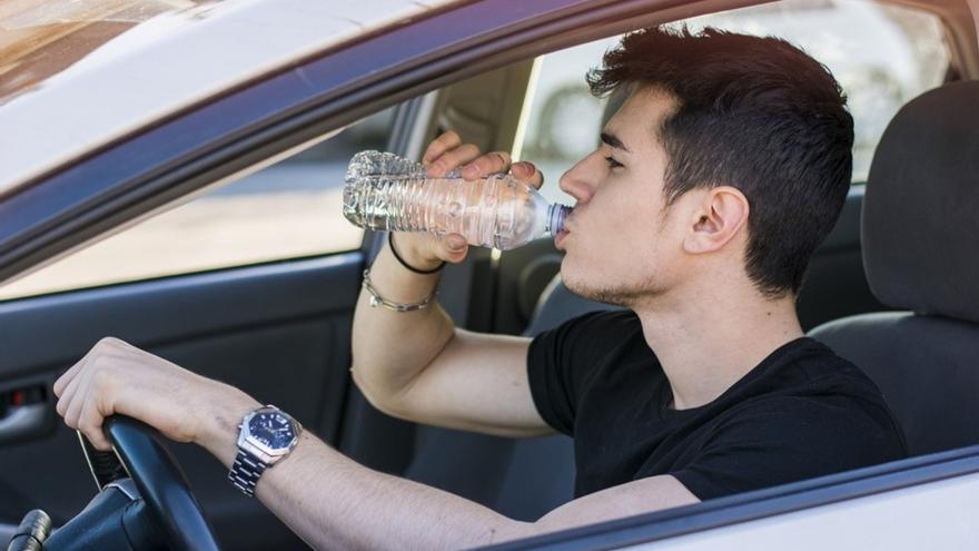 Si bebo agua mientras conduzco, ¿me pueden multar?