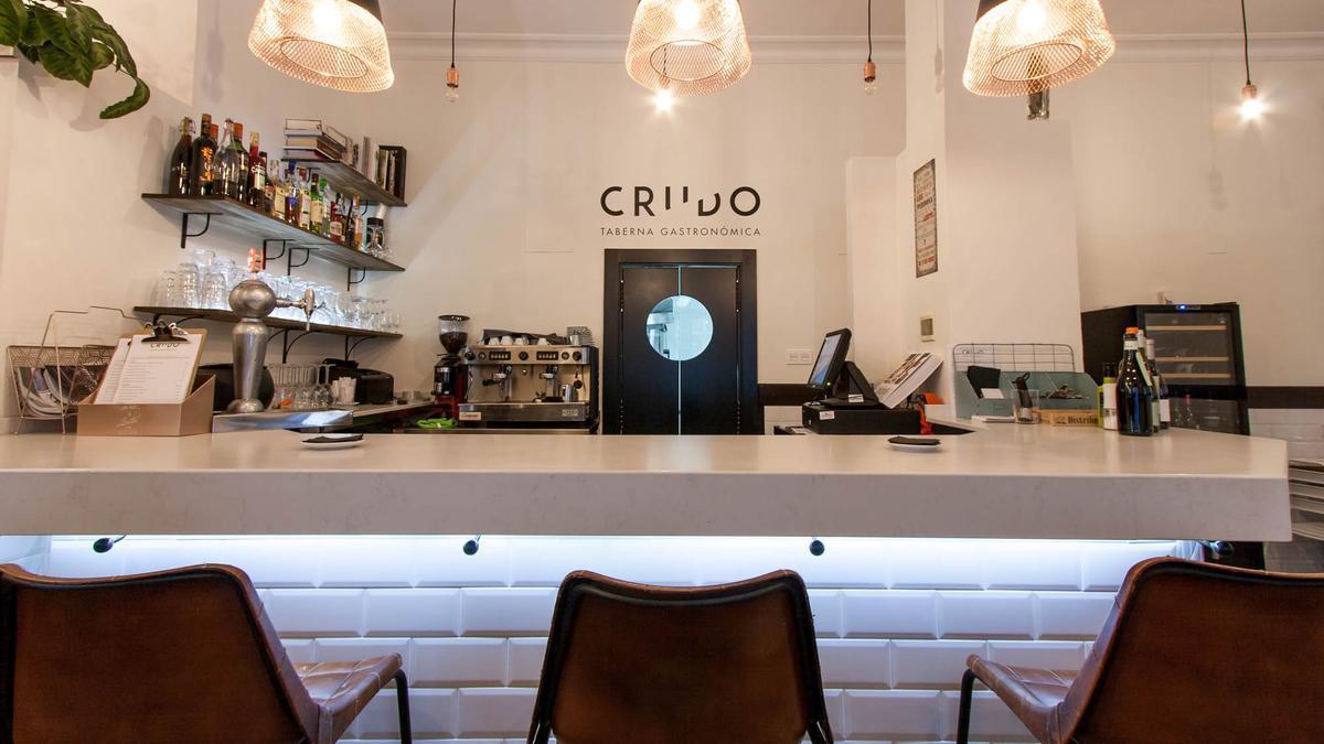Interior de la taberna gastronómica Crudo, en Zaragoza, con un solete