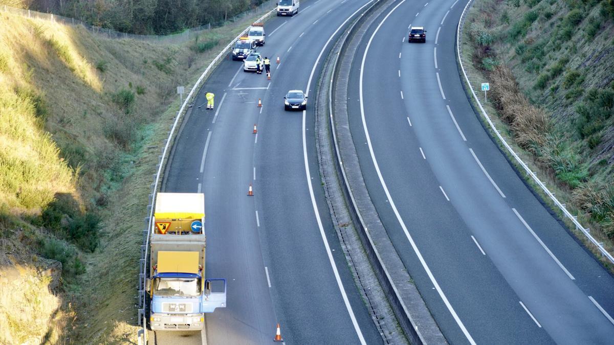 Lugar del accidente producido esta mañana en la AG 53 a la altura del Polígono Lalín 2000