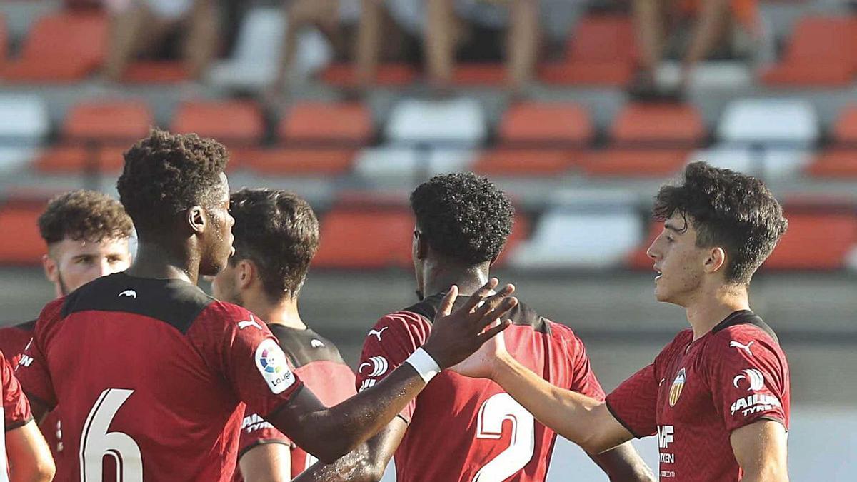 Yunus Musah celebra un gol con Diego López, otro canterano en ciernes.  | J.M. LÓPEZ