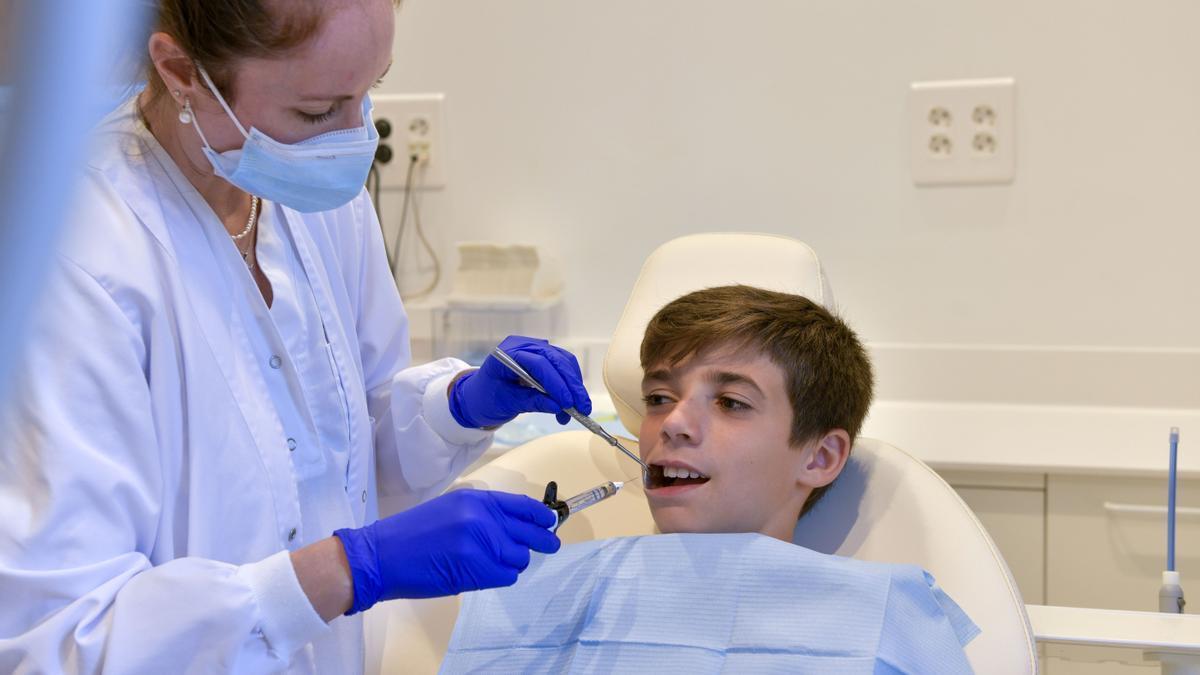 Una professional de l'IOMA tractant un pacient amb el nou aparell