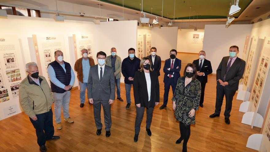 """Un cuarto de siglo """"dando tira"""": LA NUEVA ESPAÑA de las Cuencas inauguró ayer una exposición con portadas de los 25 años de la edición"""
