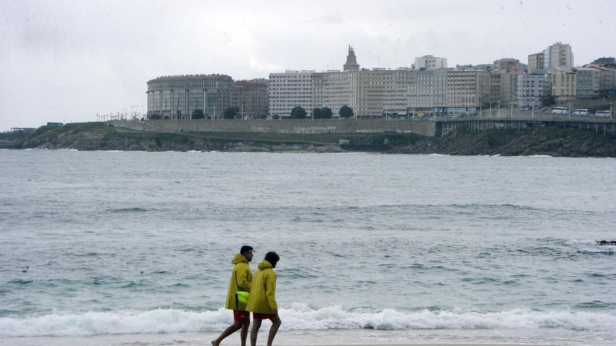 La playa coruñesa de Riazor, sin bañistas en un día nublado.