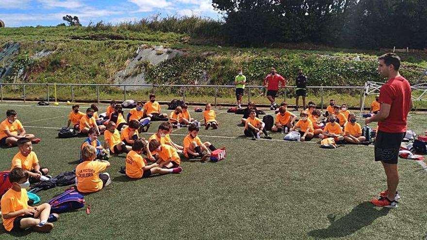 Diegui Johannesson visita a los pequeños futbolistas de Carreño