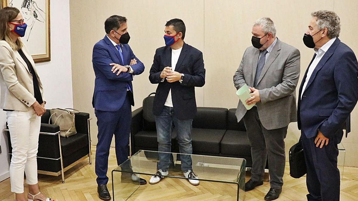 Serrano (2º izquierda) y Abad (3º izquierda) tras la reunión mantenida ayer en el Ayuntamiento