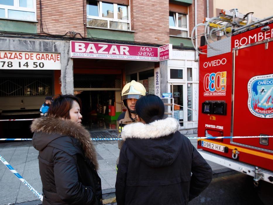 Vecinos, Bomberos y Policías en el edificio quemado en Pumarín.