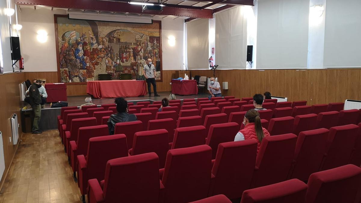 Los trabajadoes durante el acto de recepción, formación y presentación, esta mañana.| J. A. G.