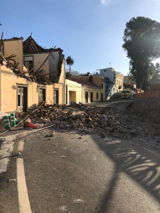 Derrumbe de la fachada de una casa en la carretera