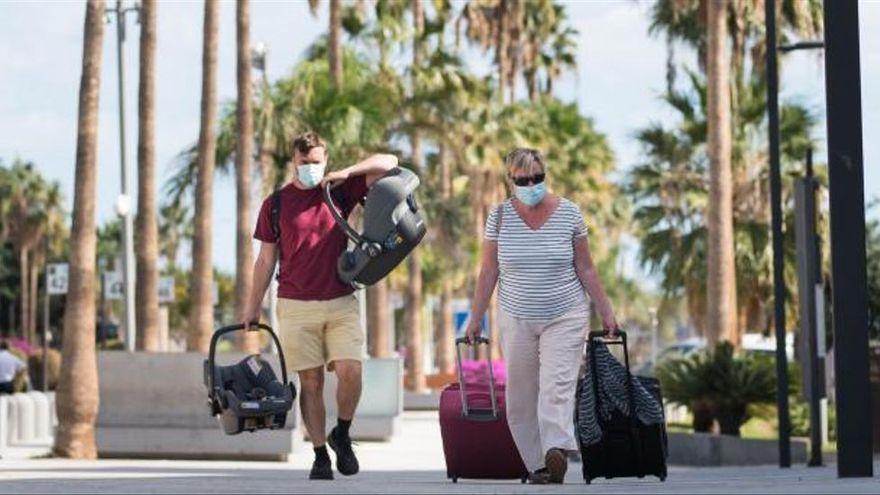 "Torres anuncia que Reino Unido podría incluir a Canarias como destino seguro de forma ""inminente"""