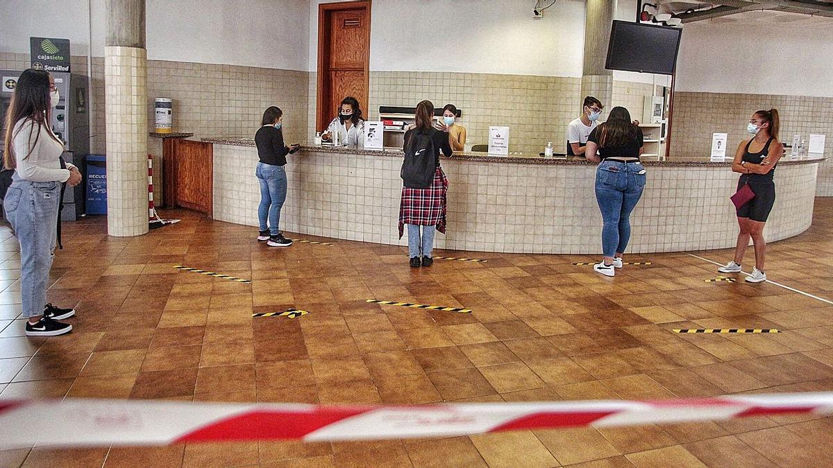 Estudiantes el primer día de curso en la Universidad de La Laguna.     MARÍA PISACA