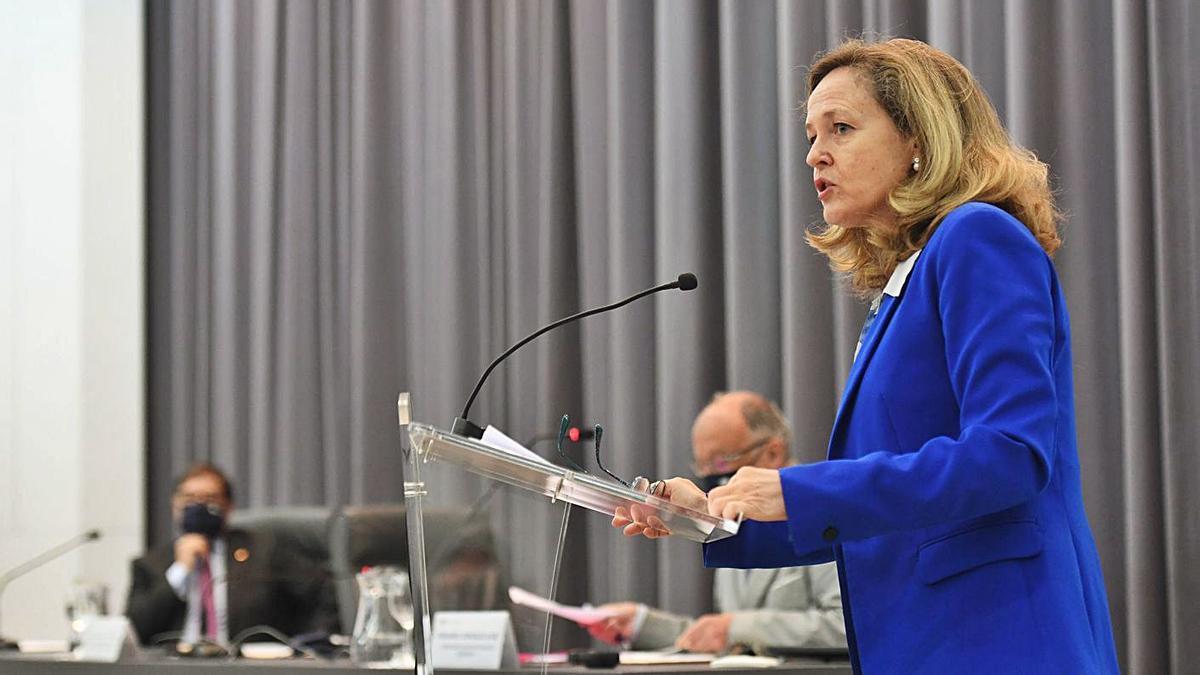 Nadia Calviño, durante la conferencia que ofreció ayer en la Universidade da Coruña . |   // CARLOS PARDELLAS