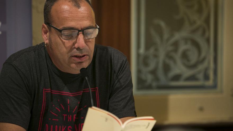 El escritor Pedro Flores imparte un taller de poesía que combina el debate literario con la escritura