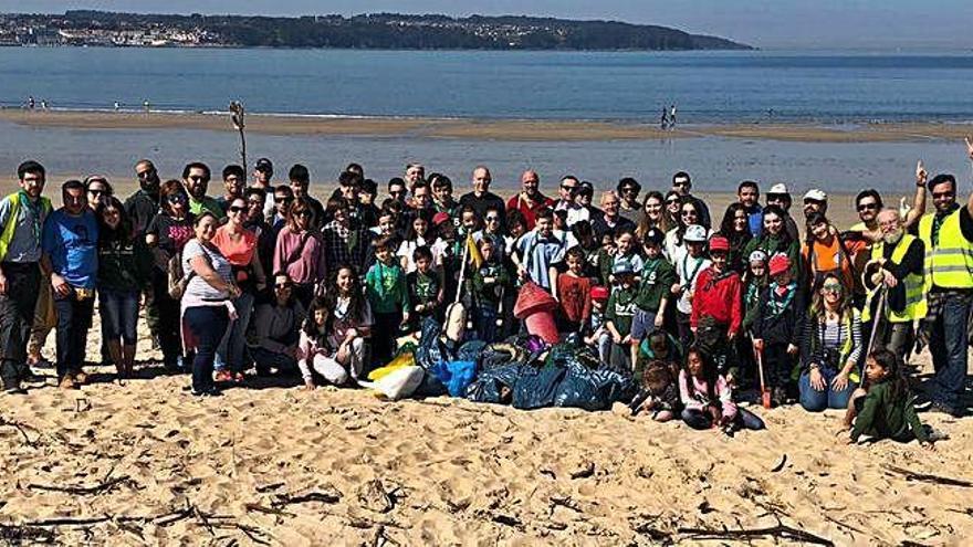 'Scouts' limpian de basura la playa de Miño