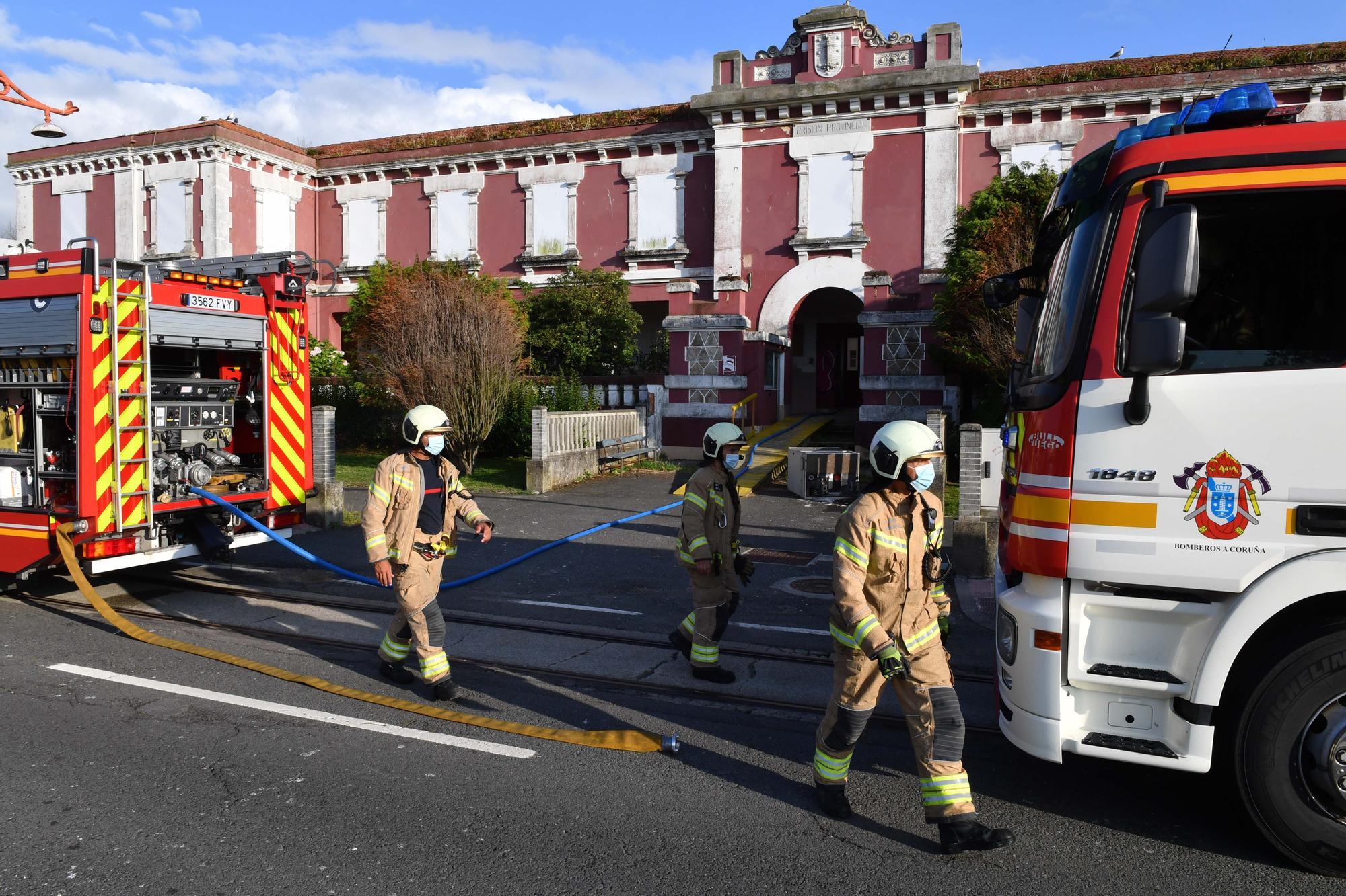 Los Bomberos sofocan un incendio en una habitación con colchones en la cárcel
