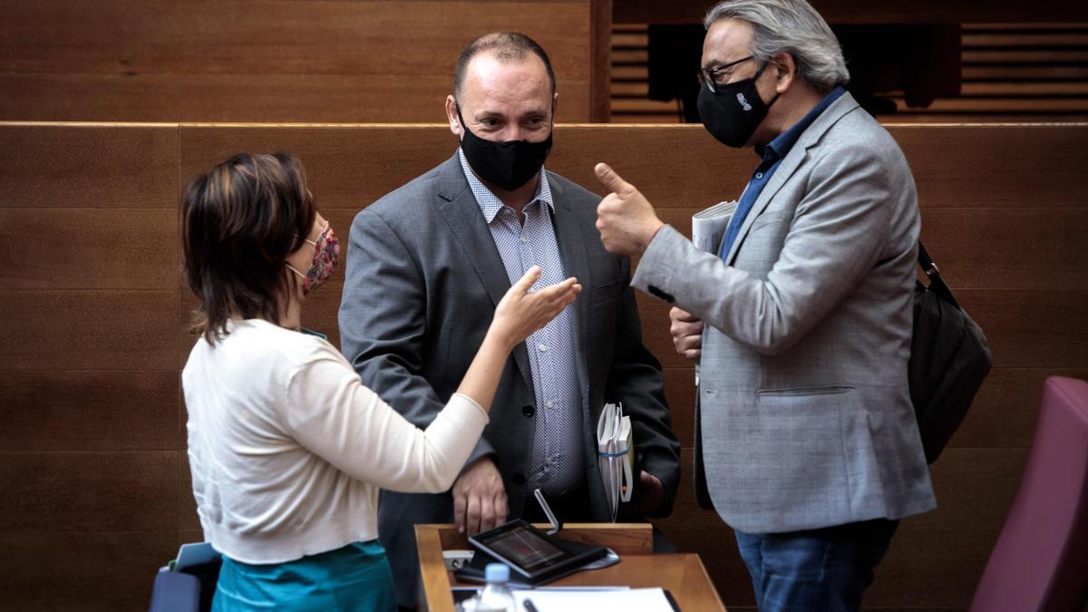 La consellera de Transparencia, Rosa Pérez, el vicepresidente segundo, Rubén Martínez Dalmau, y el portavoz del PSPV, Manolo Mata.