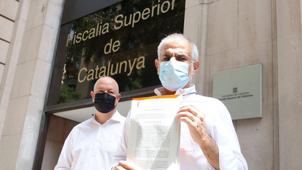 El líder de Cs, Carlos Carrizosa, junto al diputado Joan García a las puertas de la Fiscalía Superior de Justicia de Cataluña.