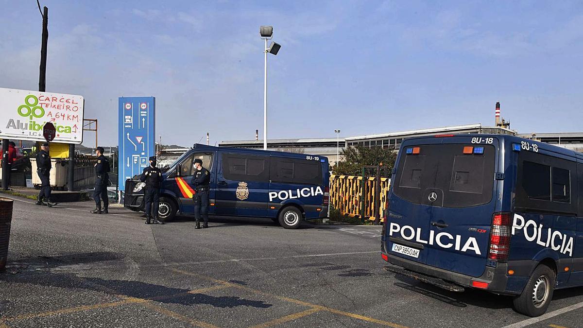 Policía Nacional durante el registro de Alu Ibérica A Coruña en marzo. |   // VÍCTOR ECHAVE