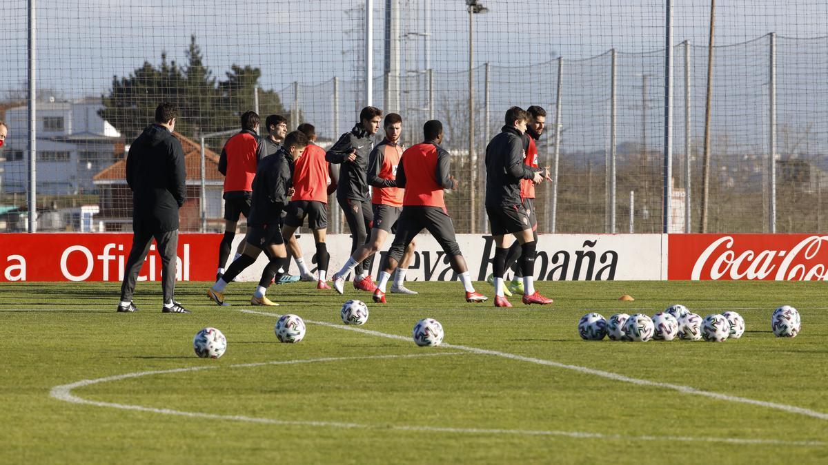 Los jugadores del Sporting, en el entrenamiento de esta mañana en Mareo.