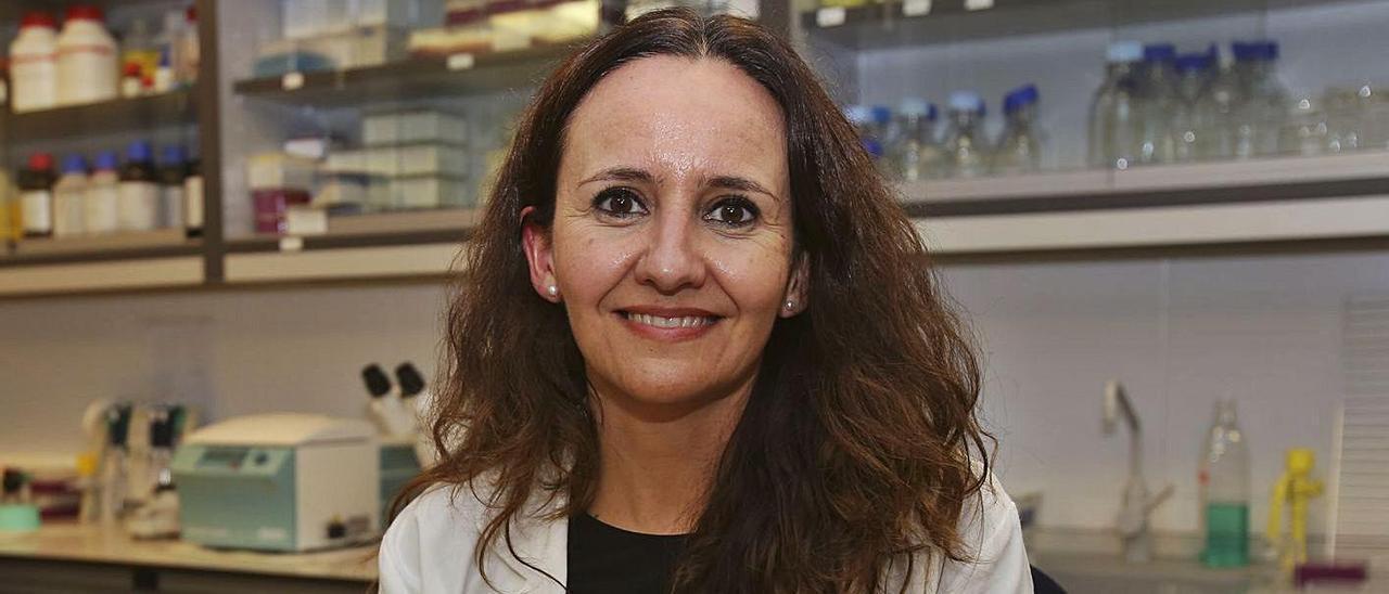 La inmunóloga Esther Caparrós, en la facultad de Medicina de la UMH.