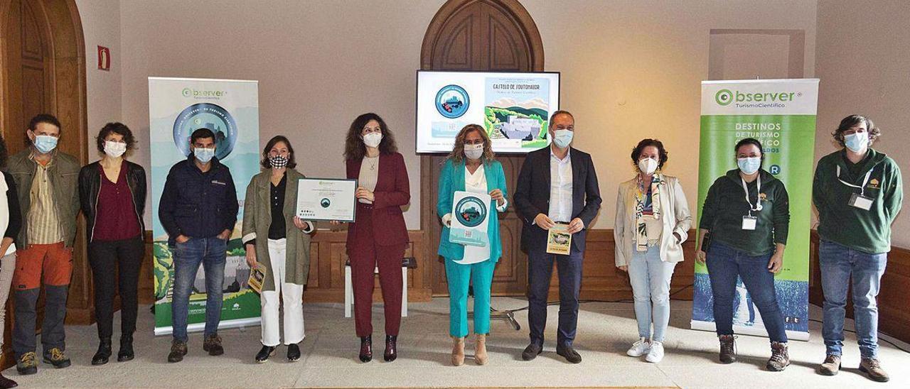 La presidenta de la Diputación, Carmela Silva y el alcalde de Soutomaior, Agustín Reguera, en el centro, en la entrega del certificado.