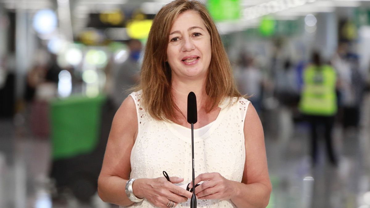 Francina Armengol durante la presentación del certificado covid en el aeropuerto de Palma.