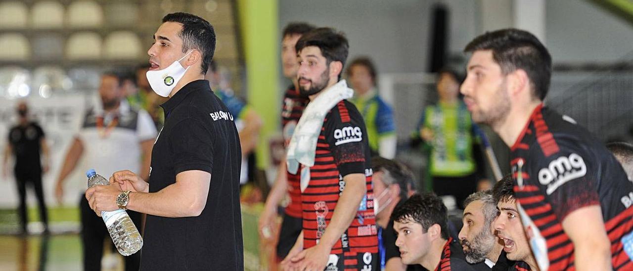 Cacheda da instrucciones a sus jugadores durante un partido de la pasada temporada. |  // BERNABÉ