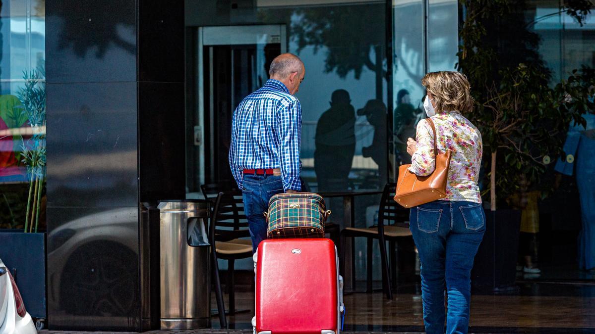 Una parella accedeix a un hotel d'Alacant, la setmana passada.