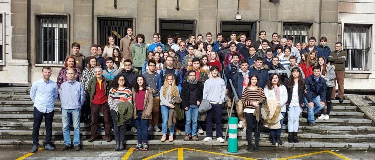 Profesores y estudiantes ante la Facultad de Ciencias de Oviedo