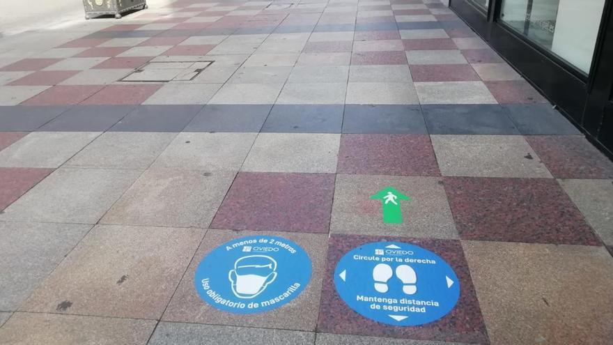 Oviedo regula cómo caminar por Uría: una zona de la acera para cada sentido