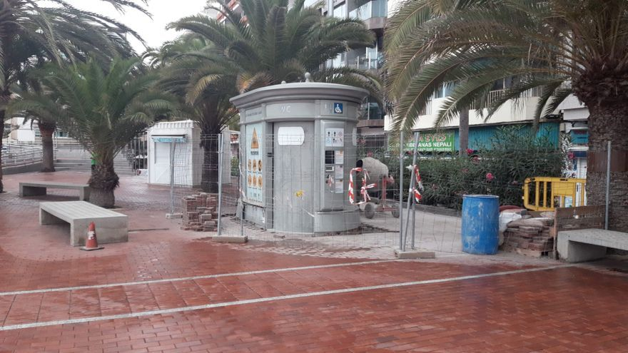 El Ayuntamiento instala un baño en el paseo de Las Canteras