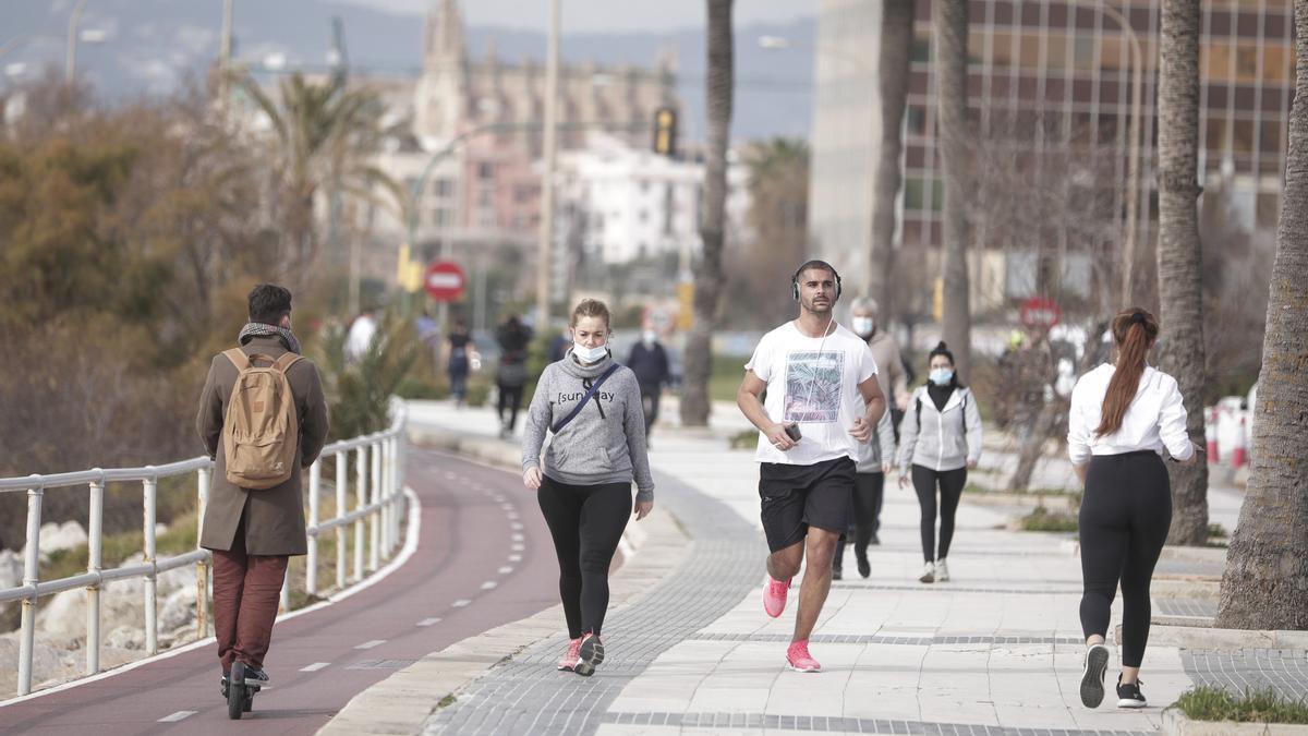 Personas realizando deporte y paseando por los alrededores de Can Pere Antoni.