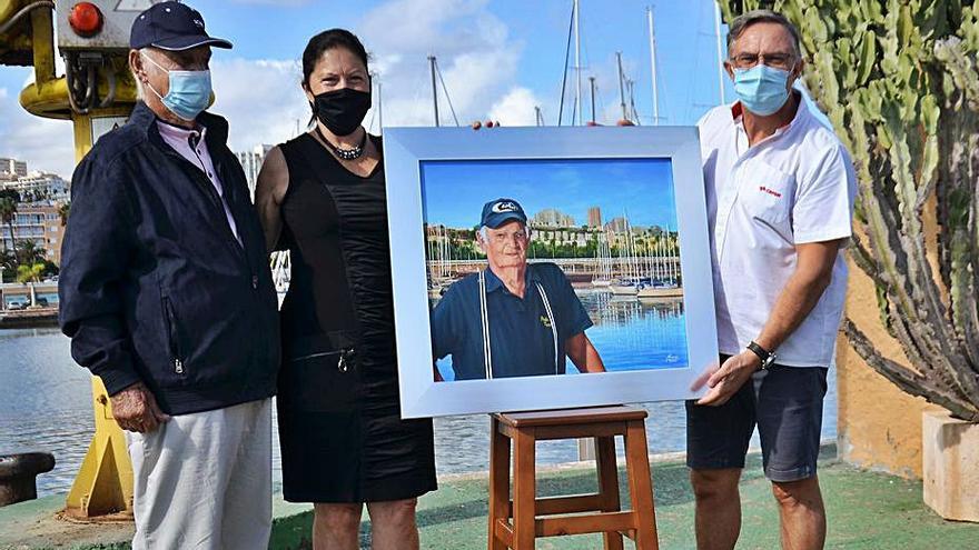 Emotivo homenaje a Pedro 'Texaco' en el muelle deportivo