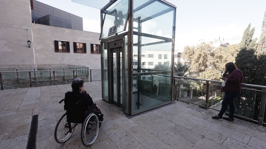 Vecinos de la plaza Major esperan a que Cort repare el ascensor desde hace siete meses