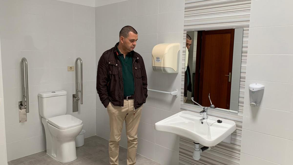 El Consistorio guiense invierte cerca de 10.000 euros en la instalación de dos baños adaptados en el Centro Ocupacional Comarcal Santa María de Guía