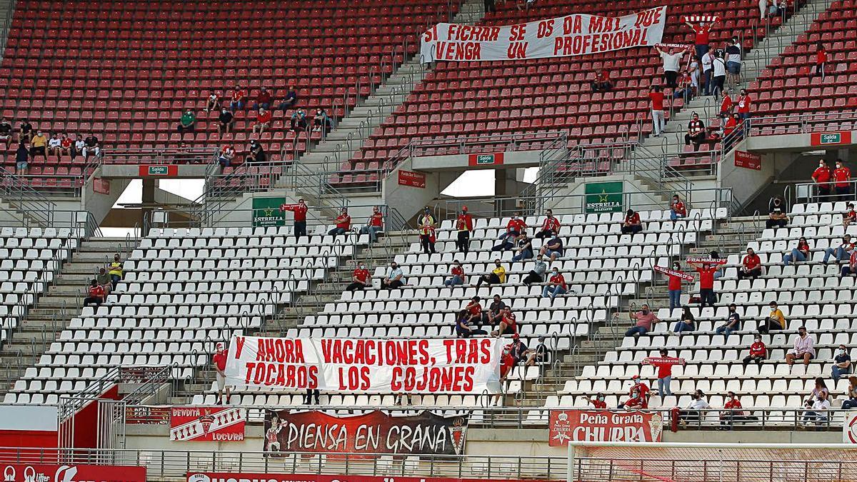 Los peñistas mostraron una pancarta a la misma vez que entonaban el himno del club.  