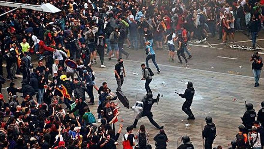 Batalla campal en El Prat antes del desalojo de los últimos manifestantes