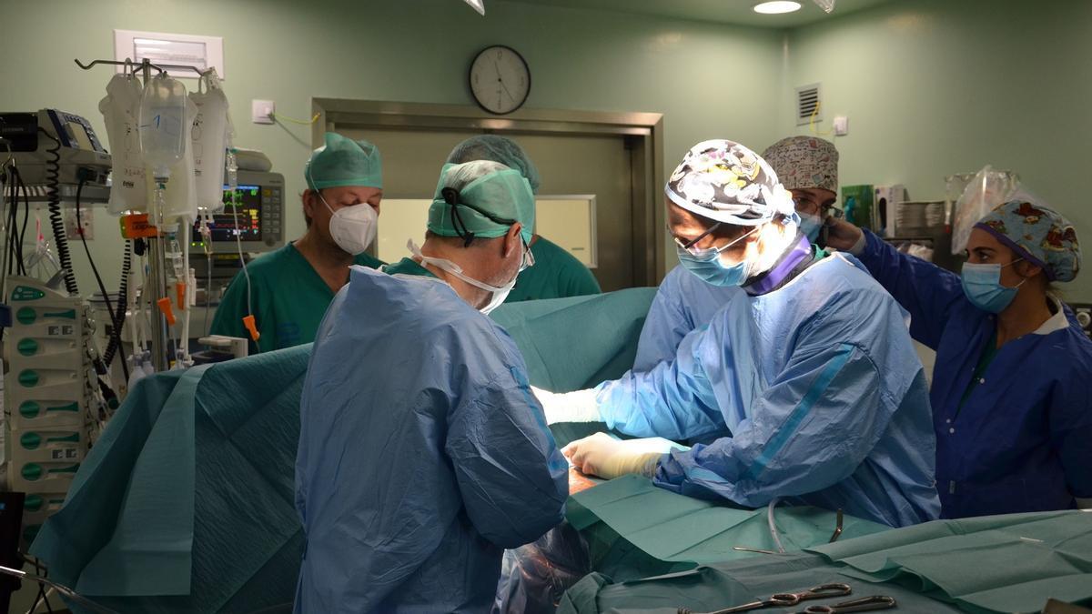 Momento de la técnica quirúrgica realizada en el Hospital Dr. Negrín