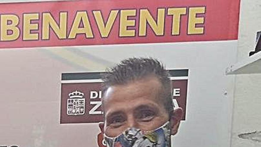 El delantero Richi ya posa con la camiseta del Benavente