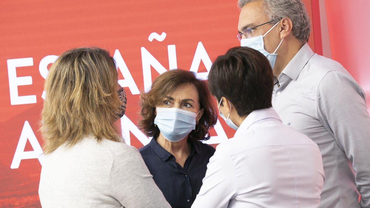Carmen Calvo conversa con Teresa Ribera, Isabel Rodríguez y Javier Izquierdo.