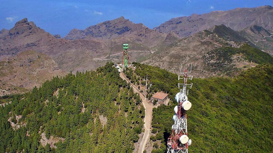 La montaña de Cruz de Gala (Buenavista), antes de la retirada de la torre de vigilancia de incendios, de color verde, cuyo lugar ocupará el radar.