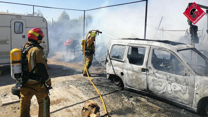 El incendio de un desguace en Torrellano calcina tres vehículos y una barca