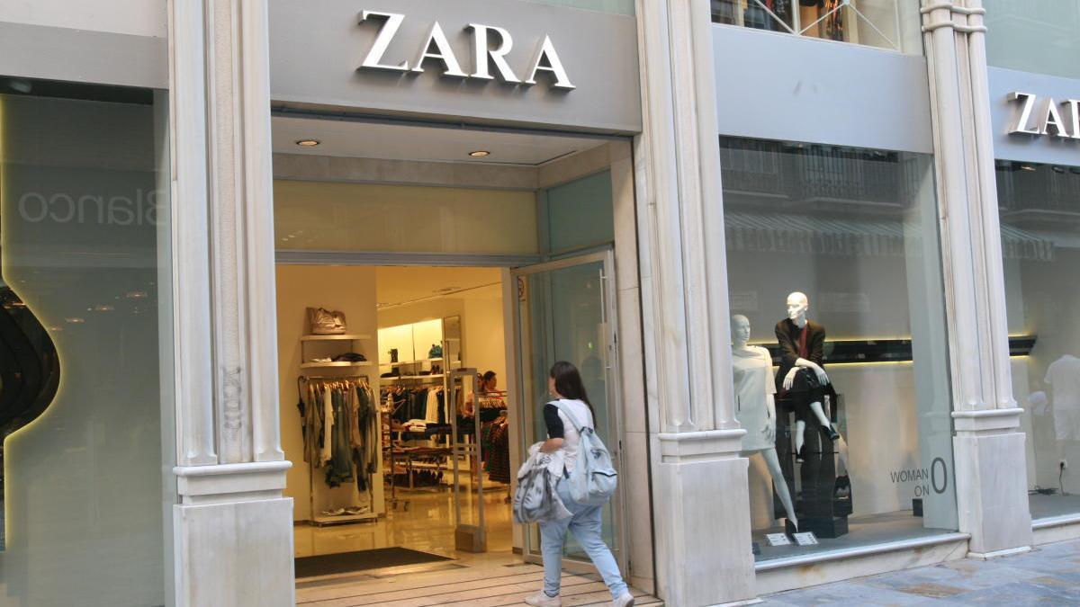 Una mujer entra al interior de Zara en una fotografía de archivo.