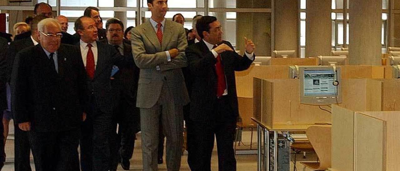 Felipe de Borbón (entonces Príncipe de Asturias) visita una de las salas del campus acompañado por Juan Vázquez, Vicente Álvarez Areces y Rodrigo Rato durante la inauguración oficial, en 2002.