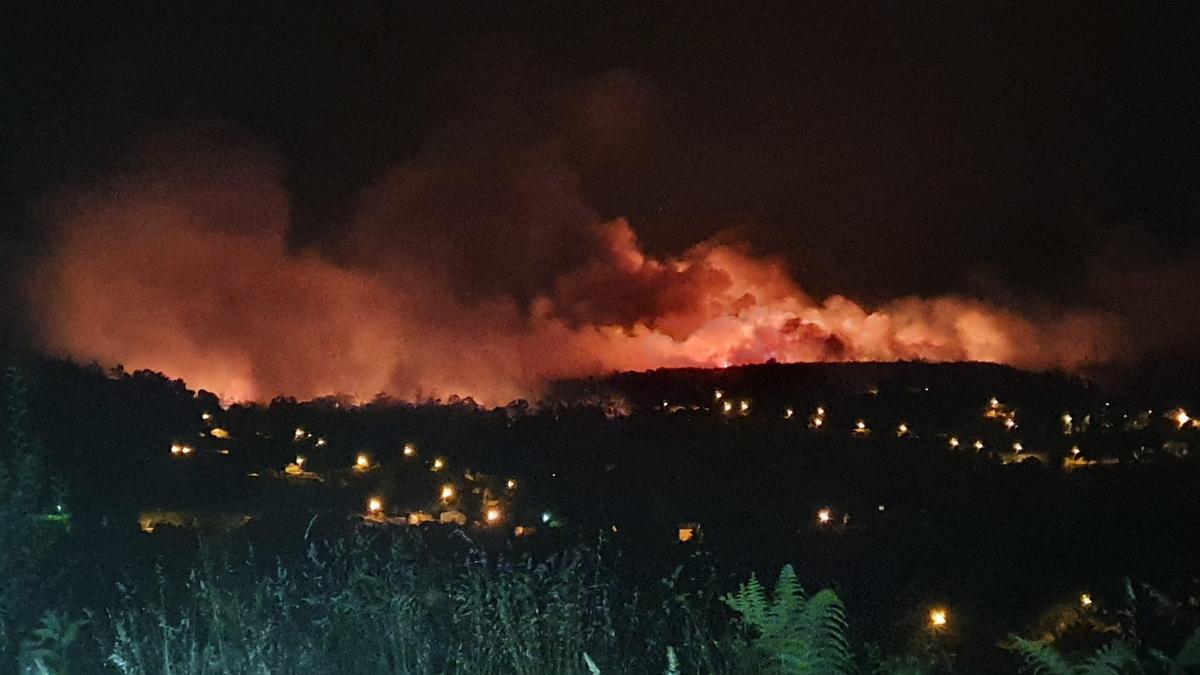 El incendio forestal de Salvaterra a la 1:50 de la madrugada