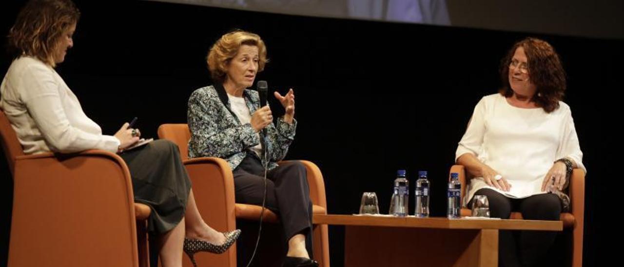 Por la izquierda: Guillermina Bastida (que condujo el acto), Julia Navarro y Pilar Sánchez Vicente, ayer, en el teatro  Filarmónica.   Fernando Rodríguez