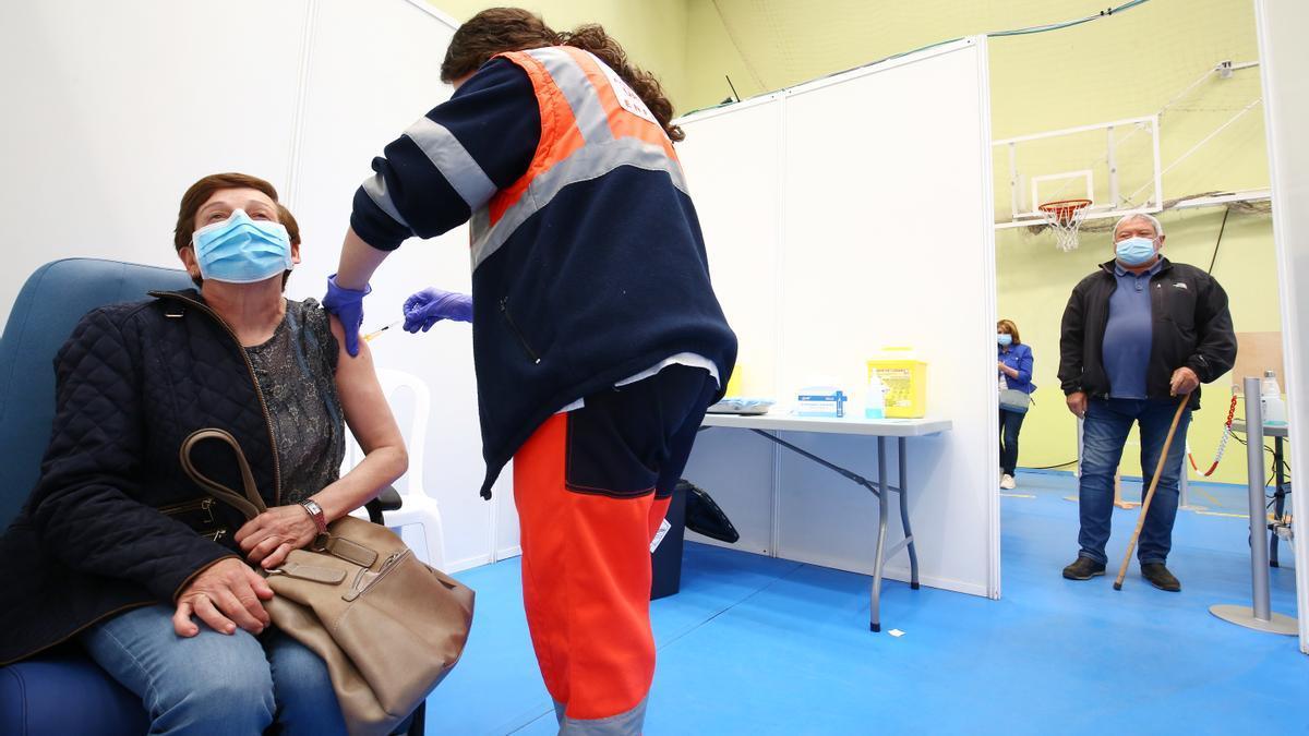 Una persona es vacunada en Ponferrada.