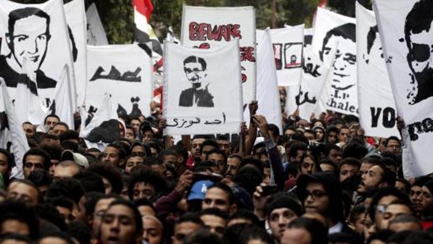 Miles de seguidores del Al Ahly protestan en El Cairo