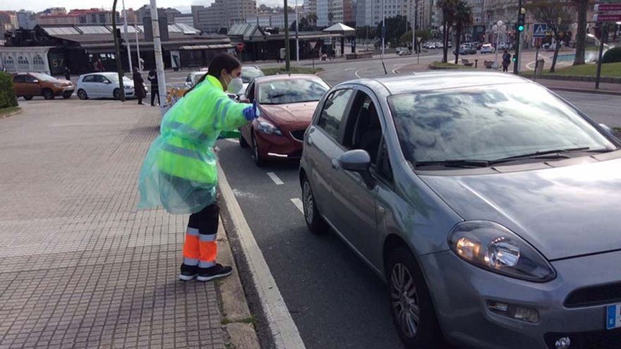 Colas de vehículos para entregar las muestras del cribado en A Coruña