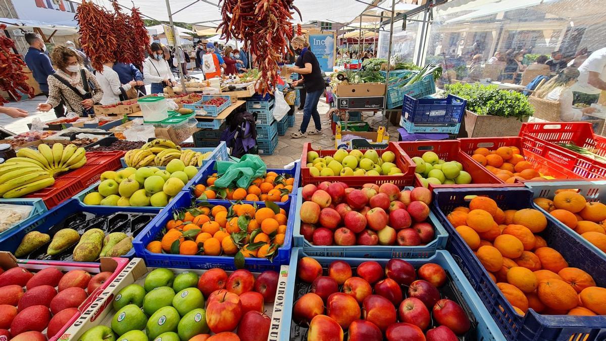 El mercado de fruta es una mezcla de colores y sabores