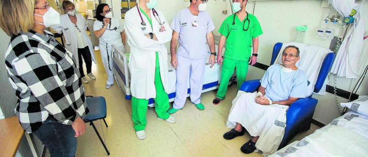 Enfermo de covid que ha pasado a planta tras mas de 100 días en la UCI del Hospital de la Vila Joiosa | ALEX DOMÍNGUEZ